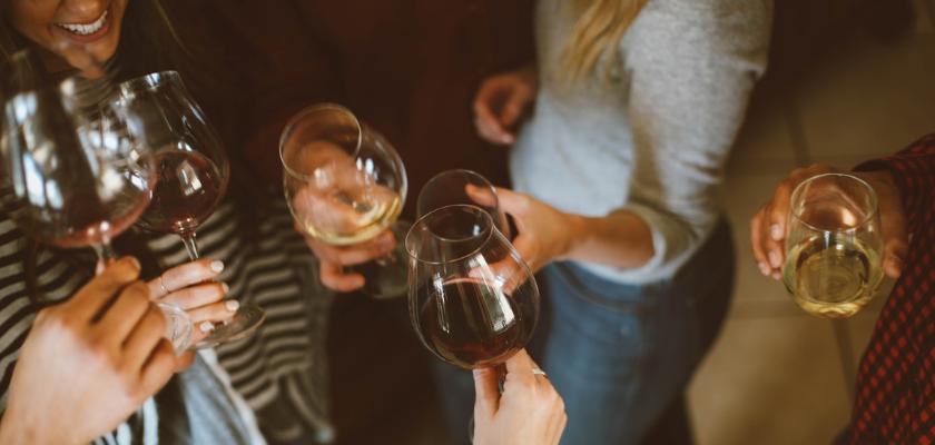 Briller en société au moment de la dégustation d'un vin : 3 savoirs utiles !